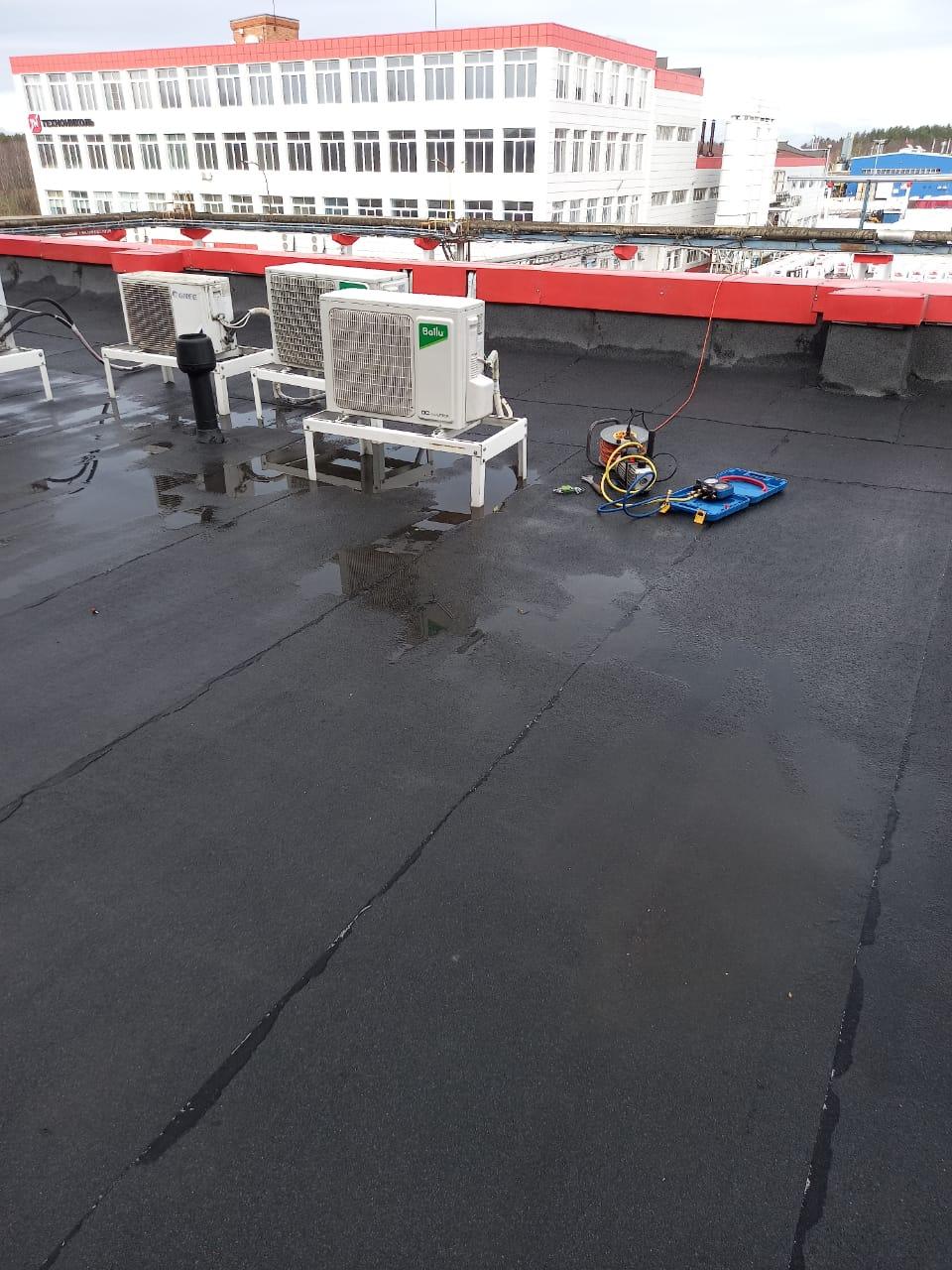 Внешний блок сплит-системы на крыше